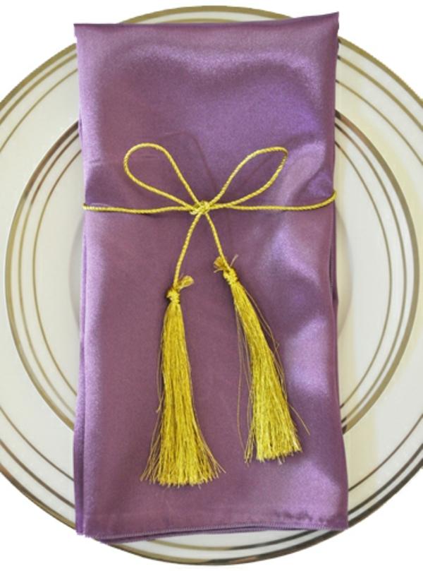 servietten-in-fliederfarben-mit-gelben-elementen-foto von oben genommen