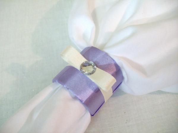 servietten-in-fliederfarben-und-in-weiß- foto vom nahen genommen