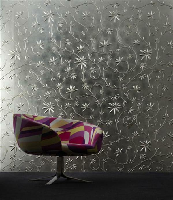silberne-wandfarbe-iom-wohnzimmer-mit-einem-interessanten-stuhl