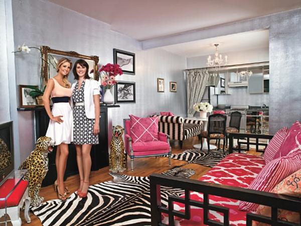 silberne-wandfarbe-zwei-frauen-im-wohnzimmer