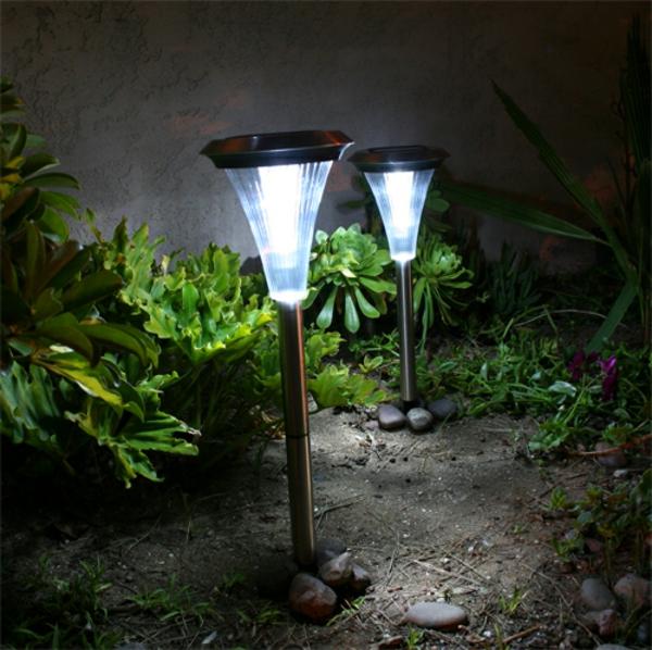 zwei-solar-lichter-gartenlampen-garteneinrichtungsideen