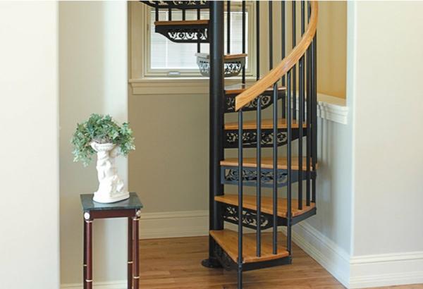 spiral-treppe-in-der-wohnung-mit-tollen-oranamenten
