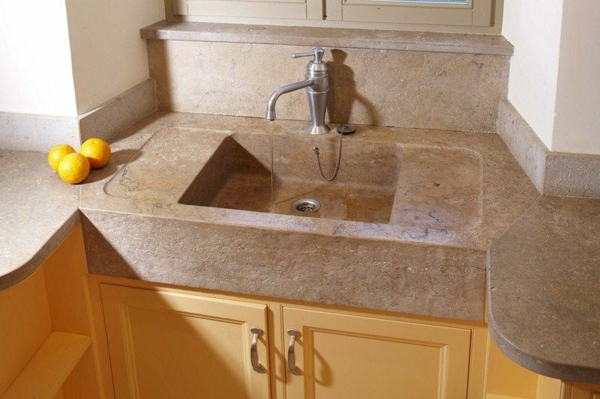 steinspülbecken-für-die- küche-hölzerne-schränke-darunter-oranges daneben