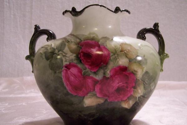 stoffe-mit-rosenmuster-eine-vintage-vase- mit interessanter form