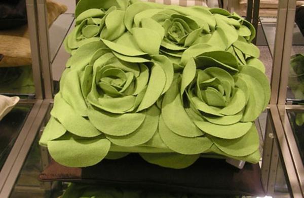 stoffe-mit-rosenmuster-grünes-kissen- interessant aussehen