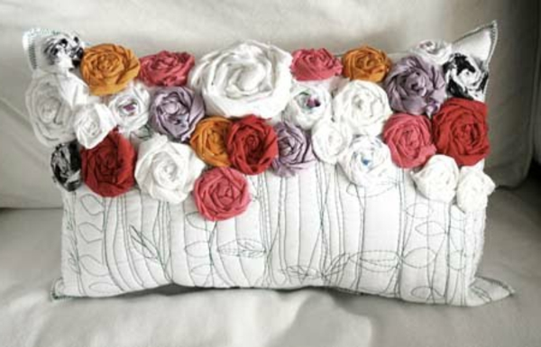 stoffe-mit-rosenmuster-weißes-kissen-mit-rosen- schönes bild