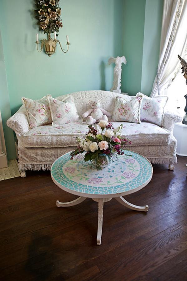 stoffe-mit-rosenmuster-weißes-sofa- runder tisch