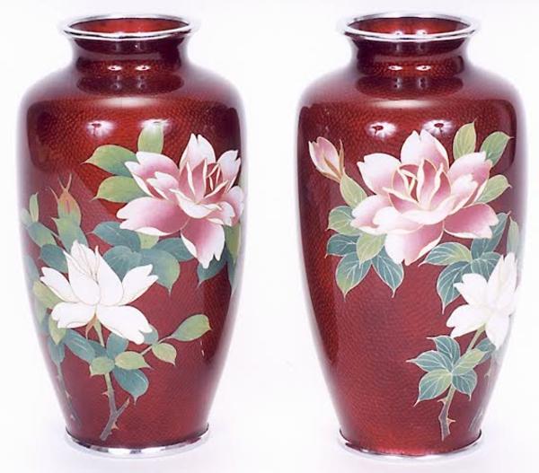 stoffe-mit-rosenmuster-zwei-vasen-weißer-hintergrund- hochwertige dekoartikel