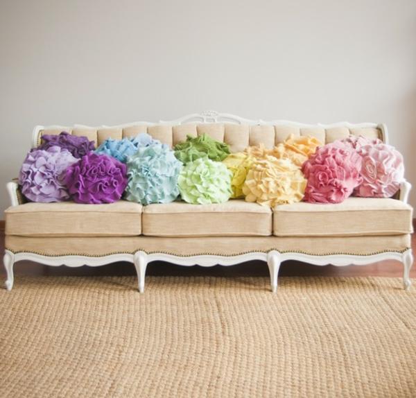 stoffe-mit-rosenmusterstoffen-bunte-kissen- süß aussehen