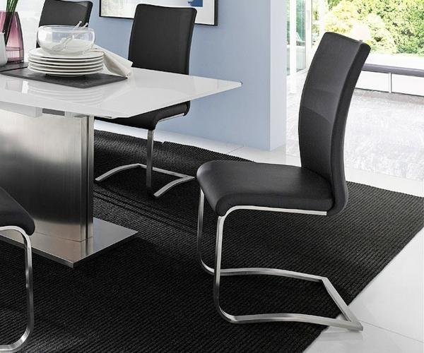 Drehstuhl Fur Esszimmer : schwarzer teppich und schwarze esszimmerstühle neben einem weißen