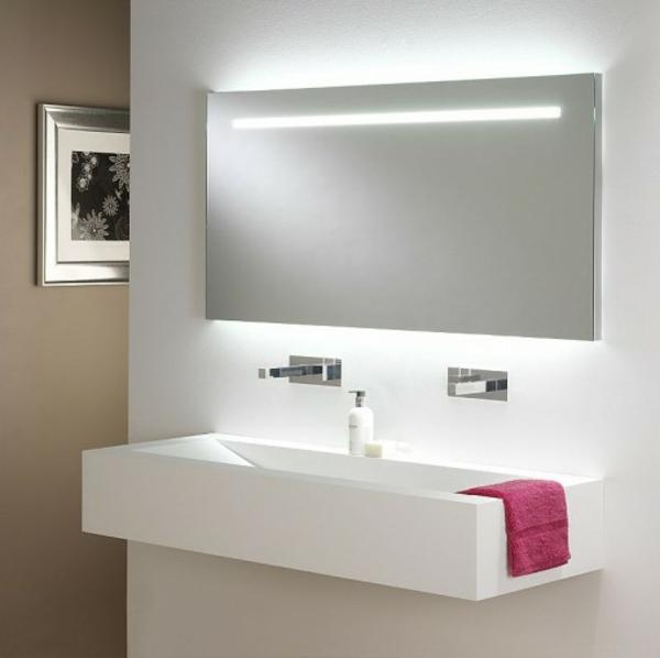 Super moderner Badspiegel mit Bleuchtung im weißen Badezimmer