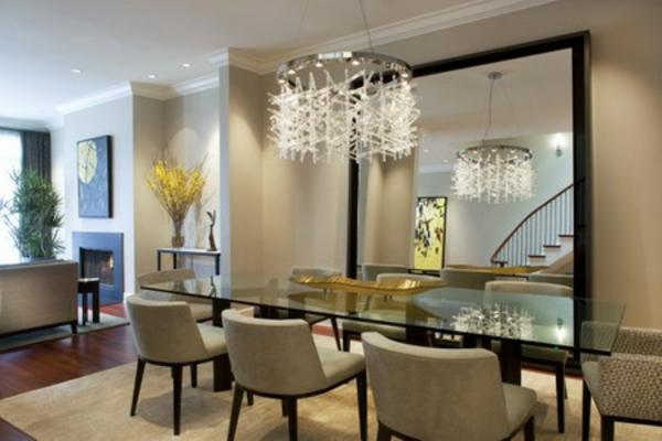 super-schönes-wohnzimmer-mit-einem-großen-spiegel