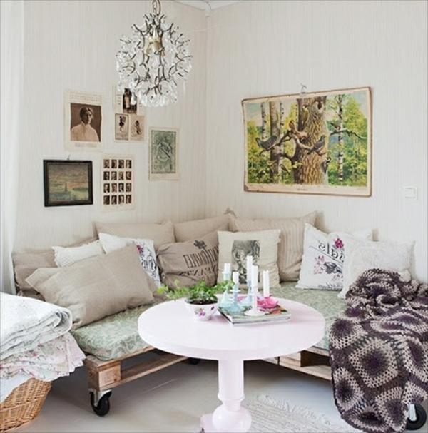 super-zimmer-mit-einem-weißen-sofa-aus-paletten- runder tisch