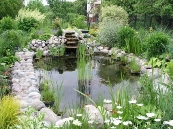 teich-bepflanzen-mit-steinen-umgeben