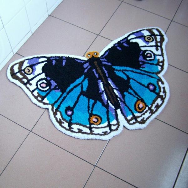 teppich-schmetterling-blaue-farbe- foto von oben genommen