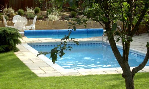 tolle-Gestaltungsidee-für-quadratisches-Pool-im-Garten