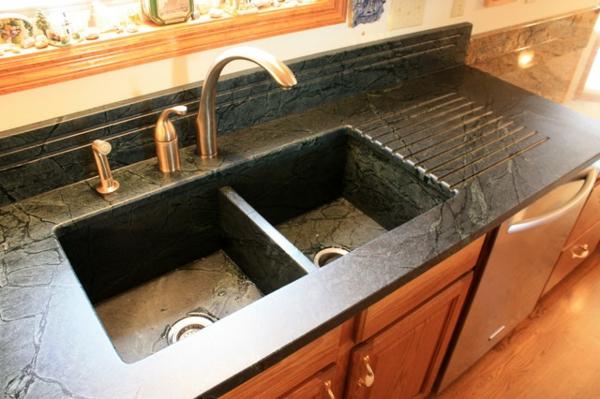 traditionell-aussehendes-steinspülbecken-für-die- küche- und hölzerne schränke