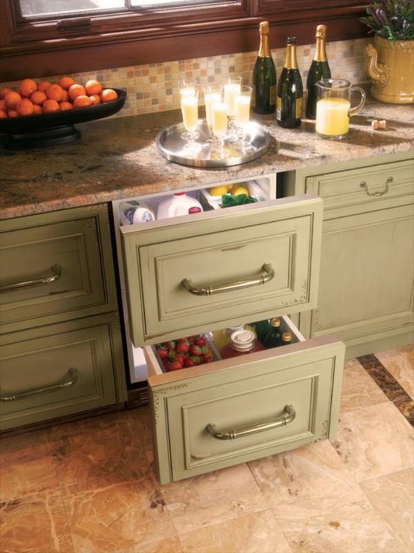 traditioneller-Kühlschrank-mit-Schubladen-in-der-Küche