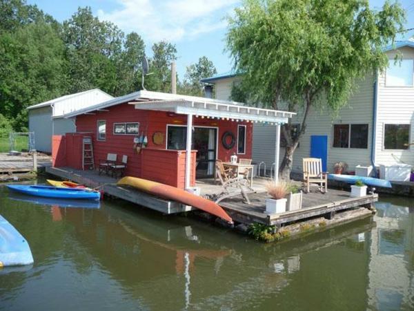 traditonelles-schwimmendes-ferienhaus-in-rot