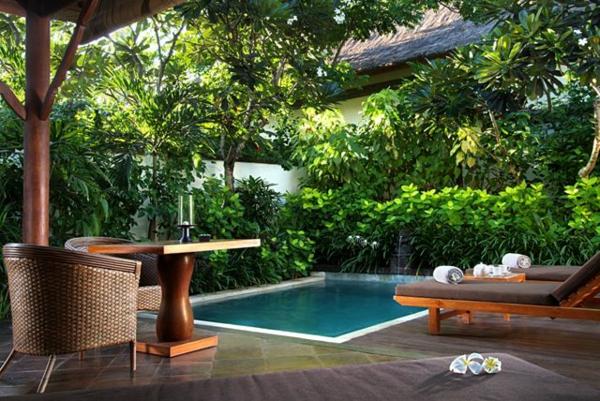 traumgärten-mit-pool-und-palmen-grün