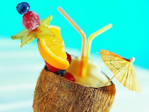 tropische-Cocktails-Dekoideen-Kokusnuss