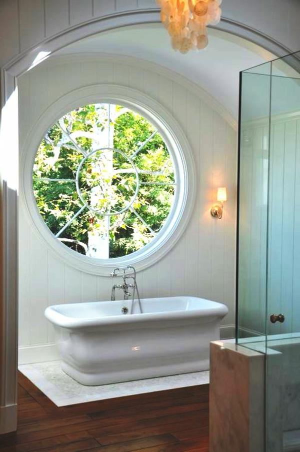 rundes fenster im badezimmer mit weißer gestaltung