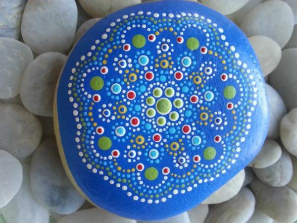 toll-verzierte- Steine-als-Dekoration-für-den-Garten-blauer-Stein