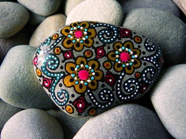 Steine-als-Dekoration-für-den-Garten-schwarzer-Stein-mit-Blumen