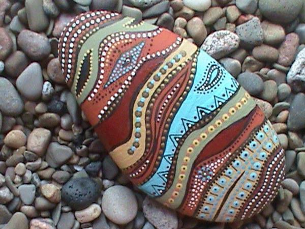 kreativ-verzierter-Stein-als-Dekoration-für-den-Garten