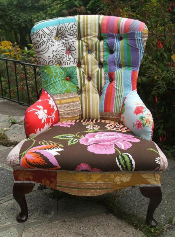 viele-Farben-Sessel-Patchwork-im-Garten