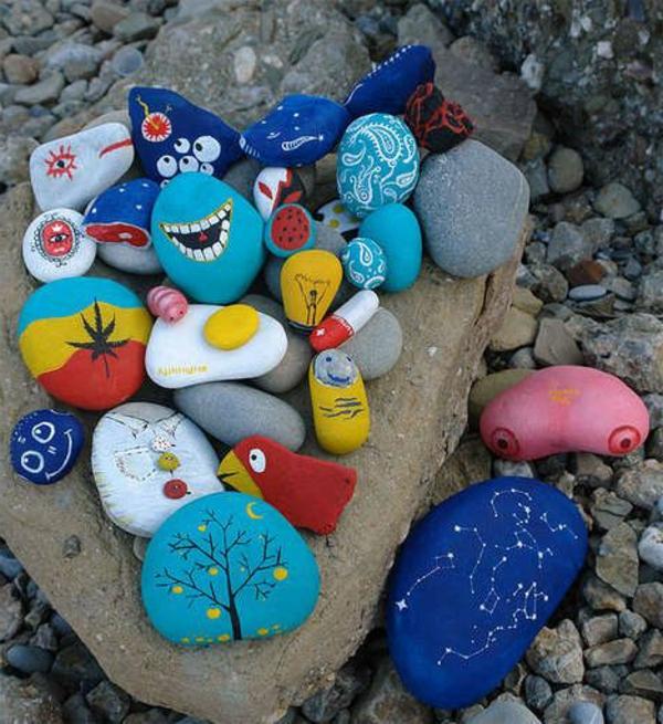 viele-Schön-bemalter-Steine-als-Gartendekoration-Idee