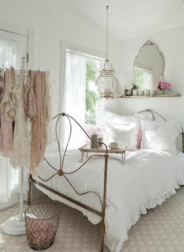 vintage-design möbel-Mädels-Zimmer-mit-dem-Bett-und-mit-dem-spiegel