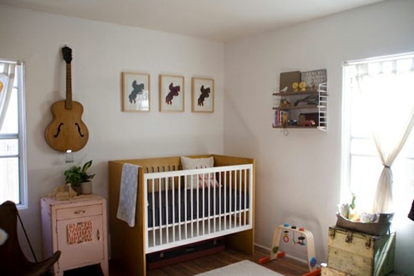 vintage- design möbel-baby-zimmer-mit-dem-bett-und-der-gitarre-an-der-wand