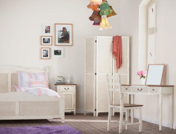vintage- design möbel-im weiss-mit-dem-bett-und-dem-Tisch