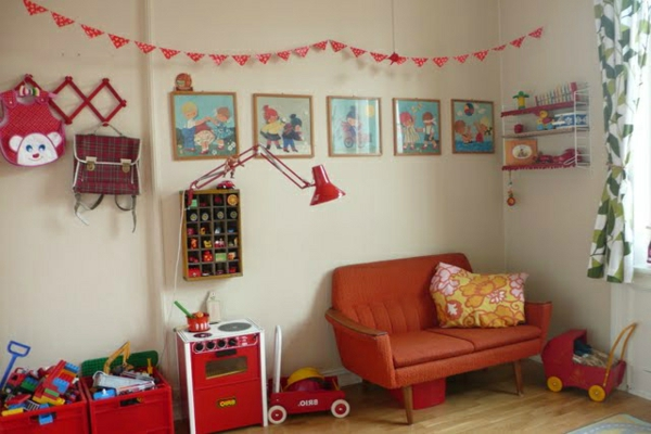 vintage- design möbel-kinder-zimmer-im-rot--mit-vielen-bilder-an-der-wand