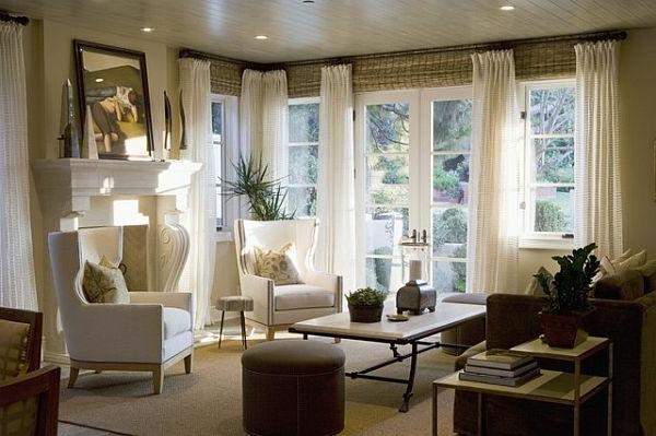 vintage- design möbel-livingromm-im-weiss-mit-dem-tisch-in-der-mitte