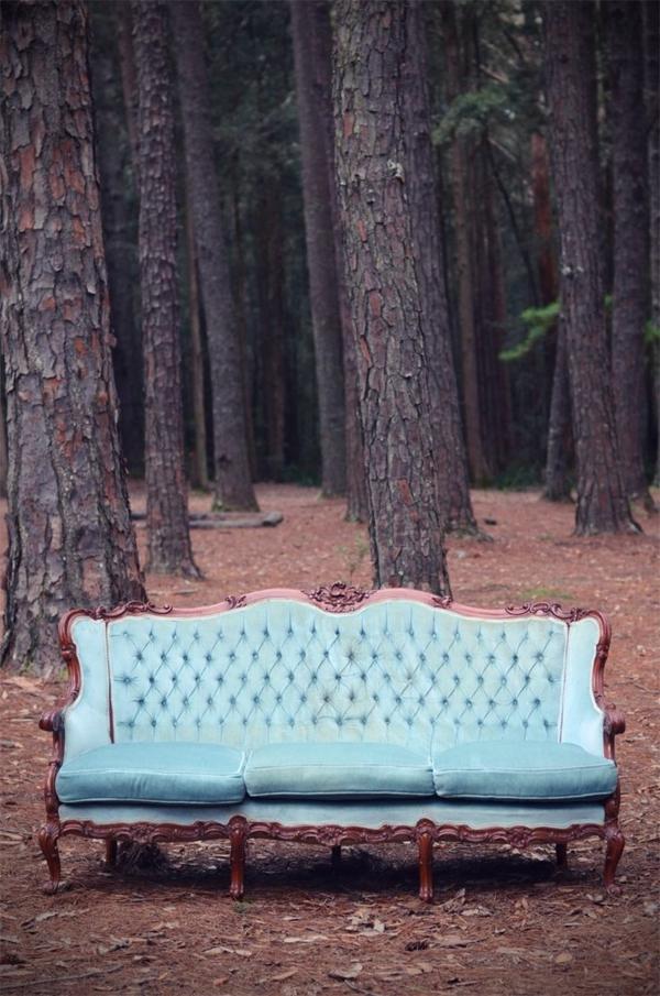 vintage- design möbel-möbel-im-wald-für-die-hochzeit-grün-vor-den-Beume