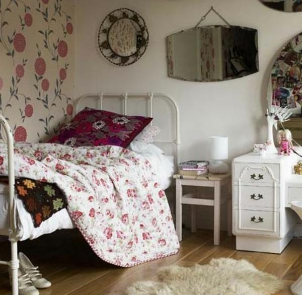 vintage- design möbel-rote-dekoration-und-florale-tapeten