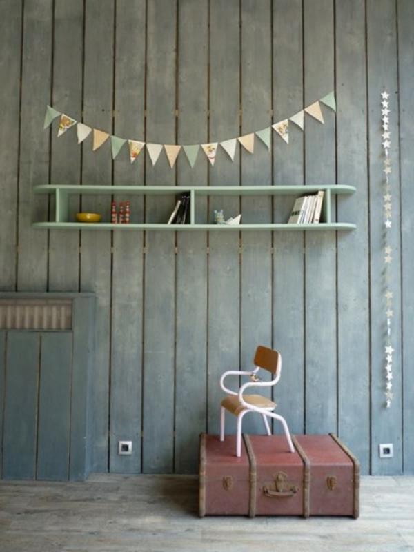 vintage- design möbel-stühl-und-deko-mit-dem-bord-und-dem-koffer
