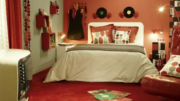vintage- design möbel-zimmer-mit-platten-im-rot-und-mit-bunten-kissen