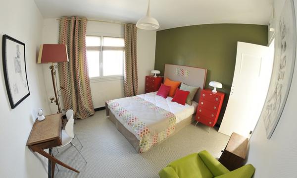vintage- design möbel-zimmer-mit-vielen-kissen-und-mit-grünem-wand