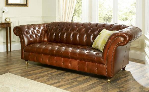vintage-ledermöbel-braunes-sofa-mit-einem-dekokissen- weiße gardinen dahinter