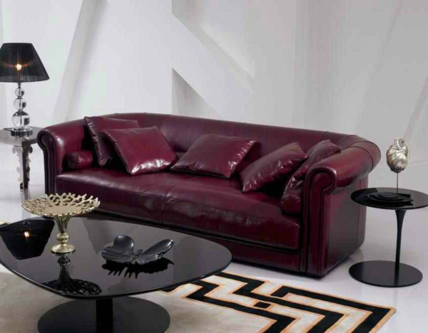 vintage-ledermöbel-ein-sofa mit vielen dekokissen