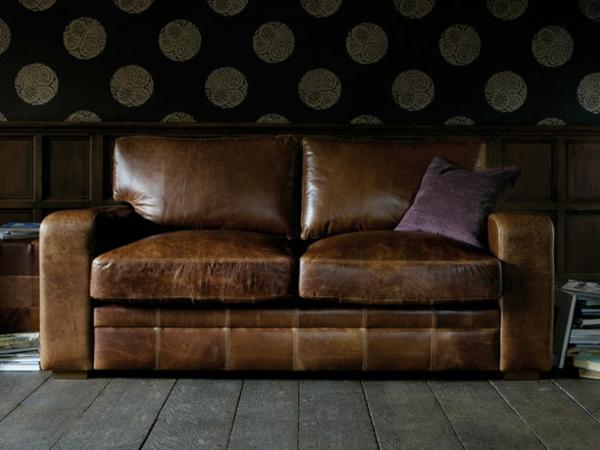 vintage-ledermöbel-schöne-couch- mit einem lila kissen