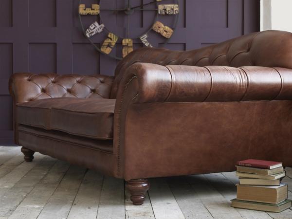 vintage-ledermöbel-schöner-sessel - interessante wanduhr dahinter
