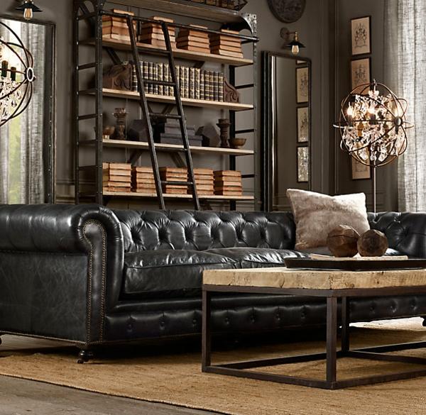 vintage-ledermöbel-schwarzes-sofa- eine treppe dahinter