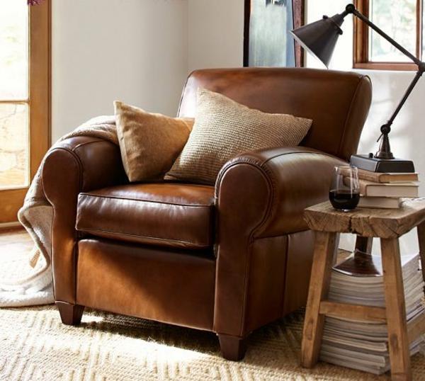 vintage-ledermöbel-sessel-mit-dekokissen in beige