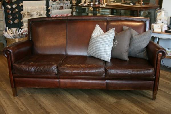 vintage-ledermöbel-sofa-mit-dekokissen-in-verschiedenen-farben