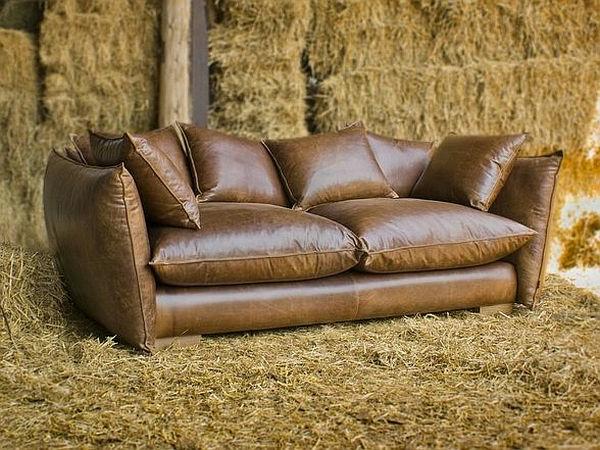 vintage-ledermöbel-sofa-mit-vielen-dekokissen- in braun