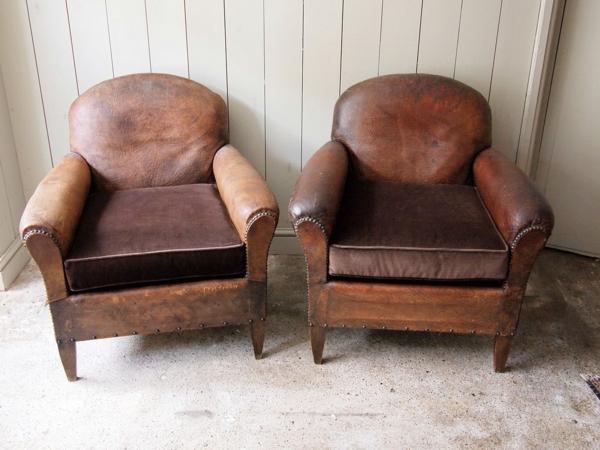 vintage-ledermöbel-zwei-braune-sessel- weiße wand dahinter